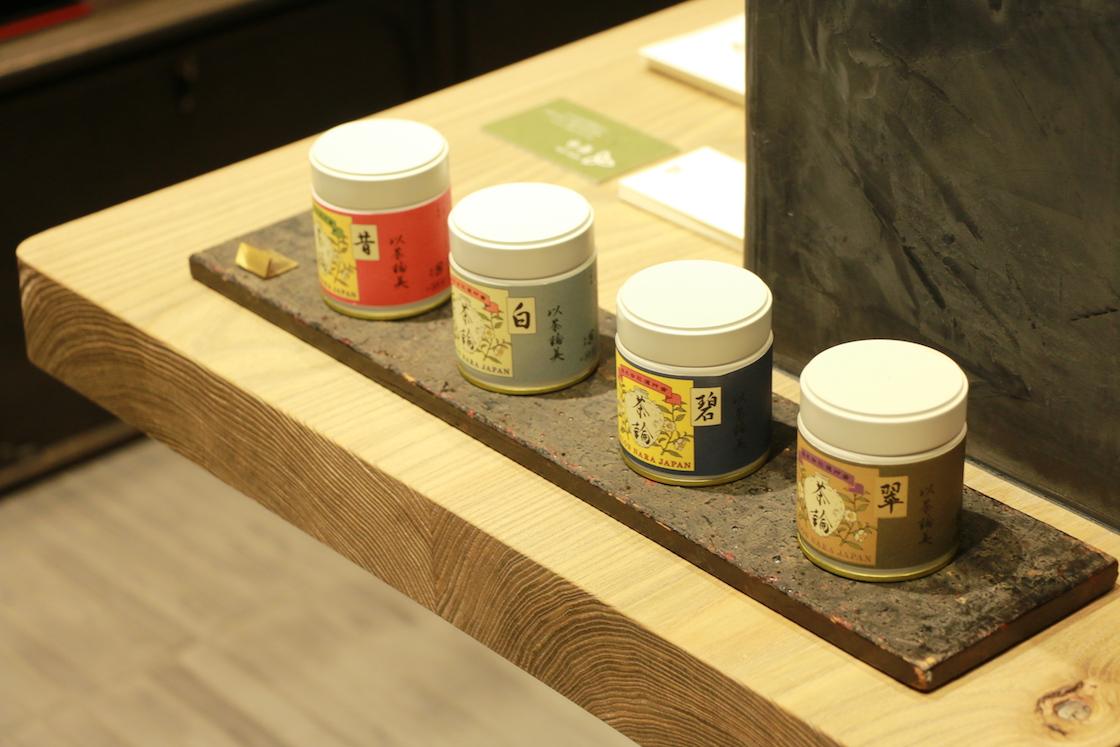 ずらりと並んだお茶缶がかわいい