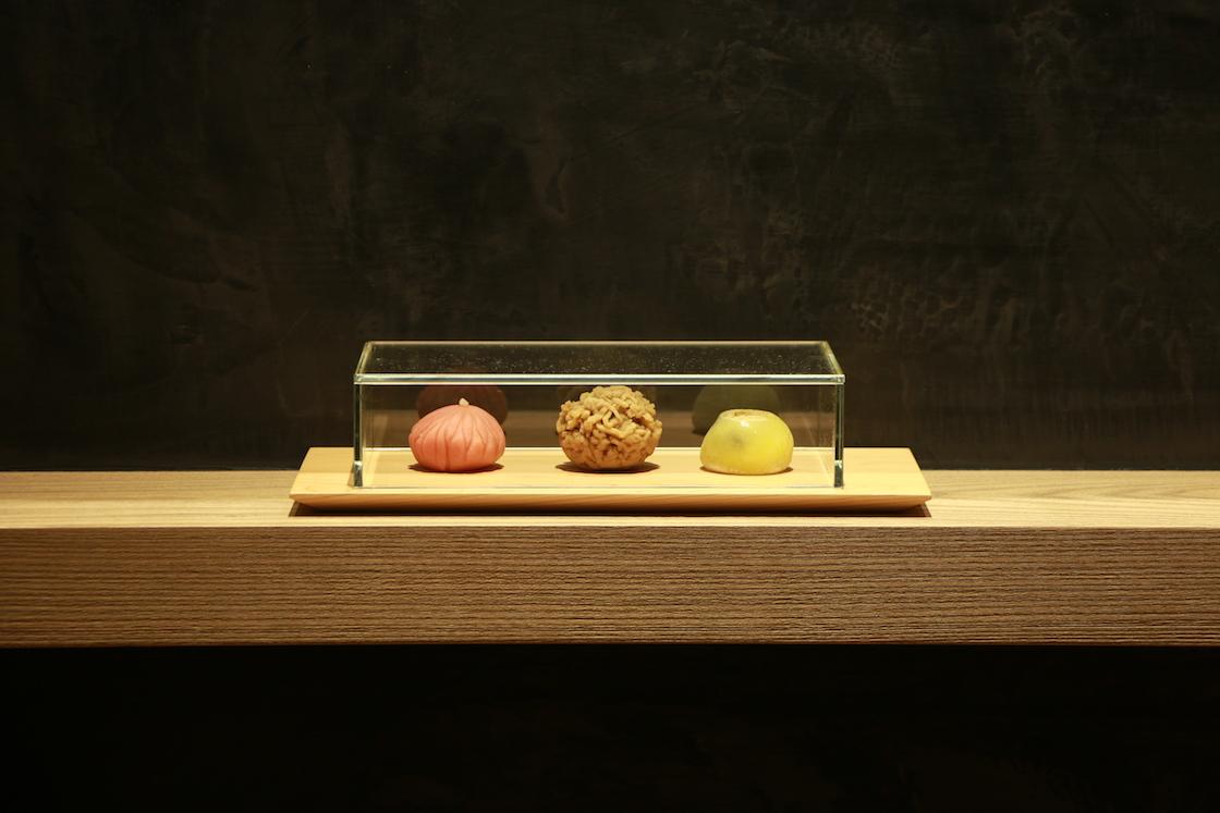 稽古で提供される「本日の主菓子」が美しく並んでいます