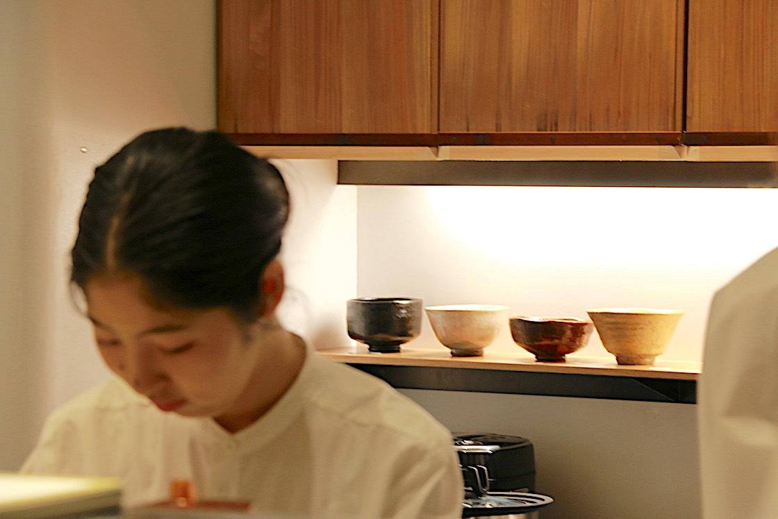 カウンターの奥に抹茶碗が並んでいるのも新鮮です