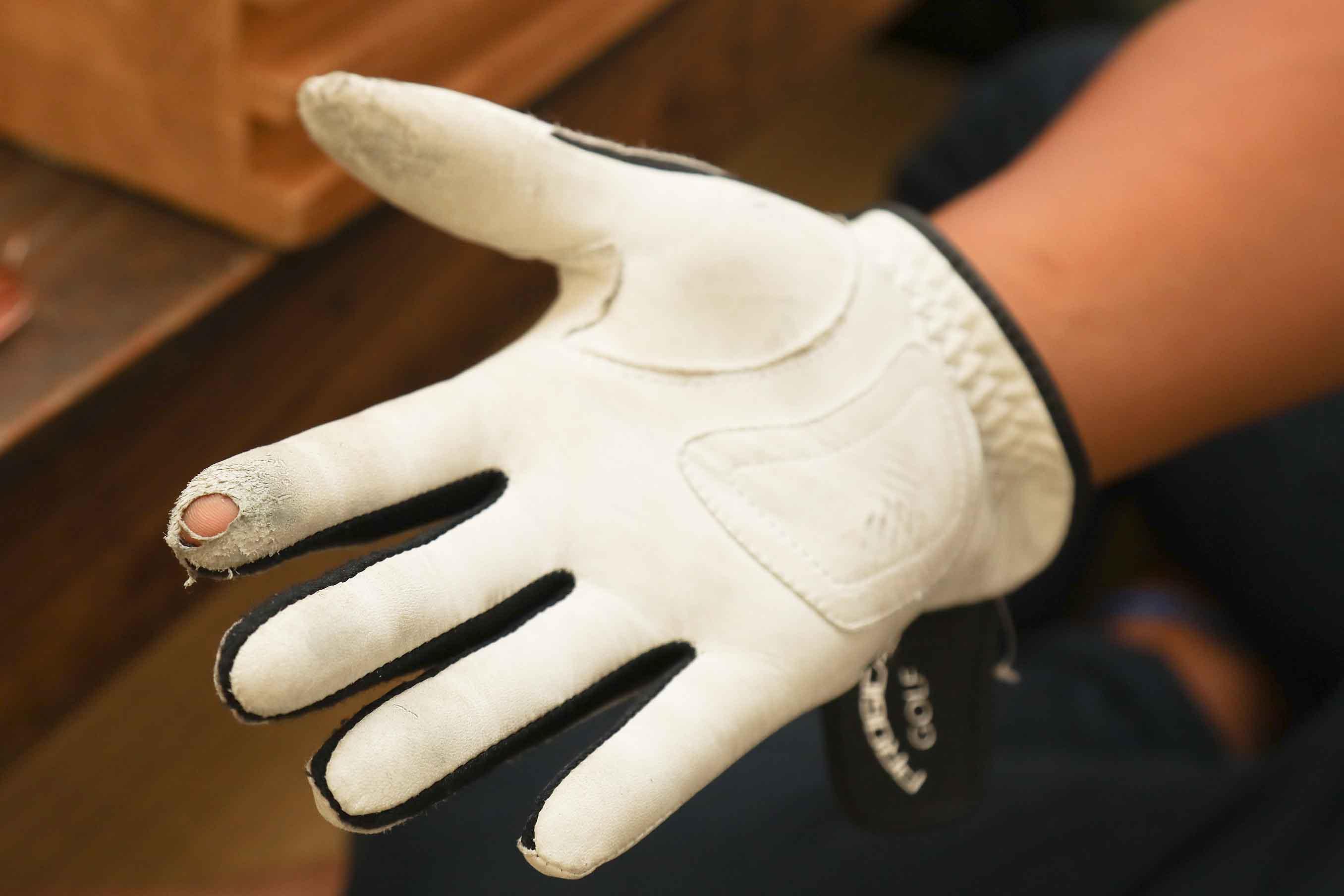 ゴルフ手袋で手を守りながら編んでいきます