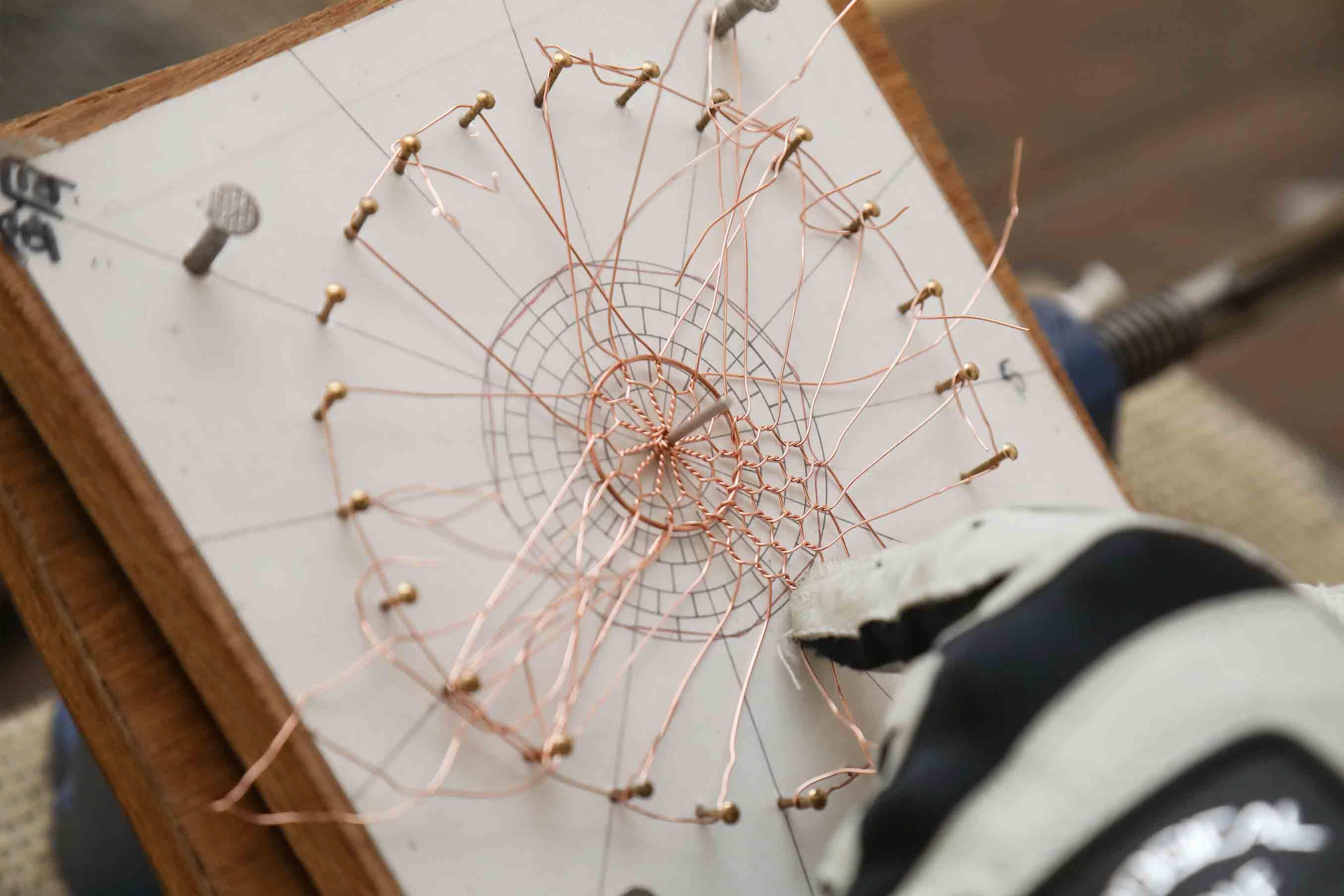 辻さんの金網づくりには図面があります。美しい京金網をうみだしています
