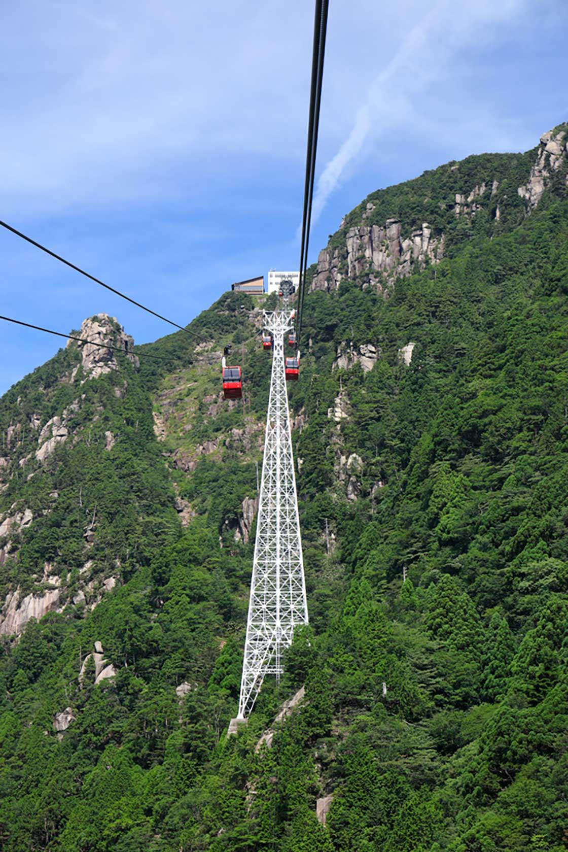 急こう配の山肌にそびえ立つ6号鉄塔