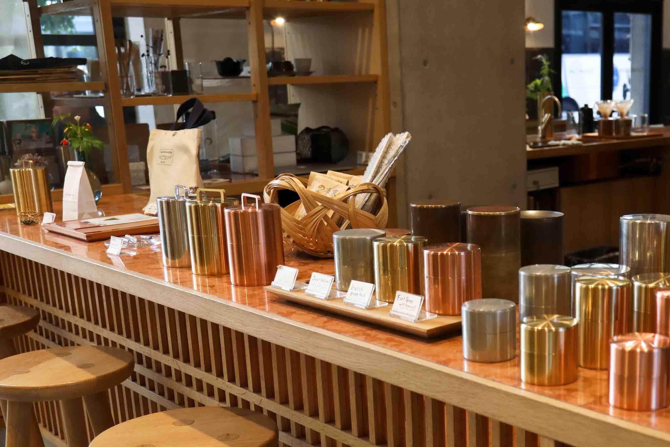 茶筒をはじめ、店内で使われているカップやカトラリー、コーヒーや茶葉などが購入できるのも嬉しいところ