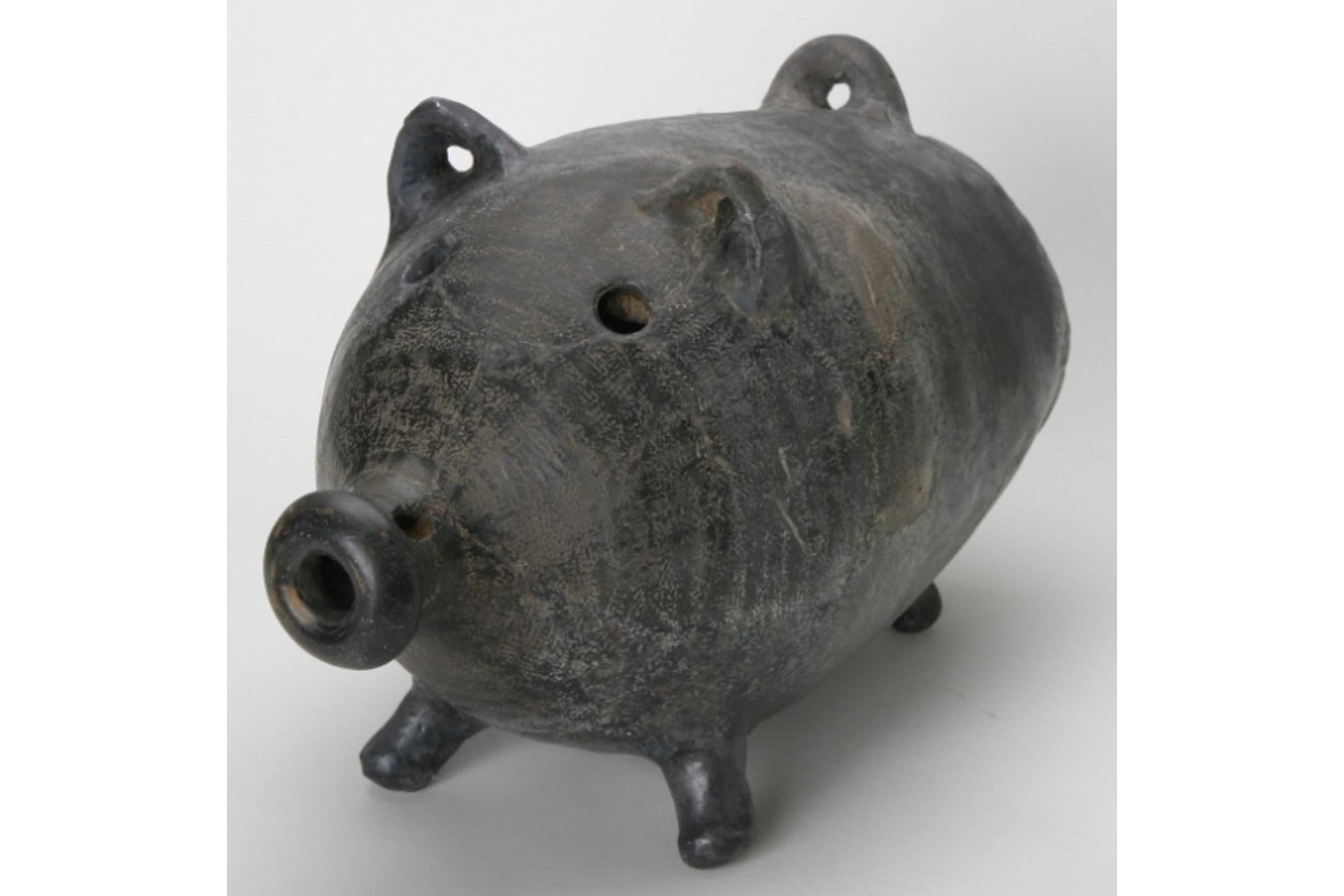 出土した「蚊遣り豚」 (新宿区立新宿歴史博物館所蔵)