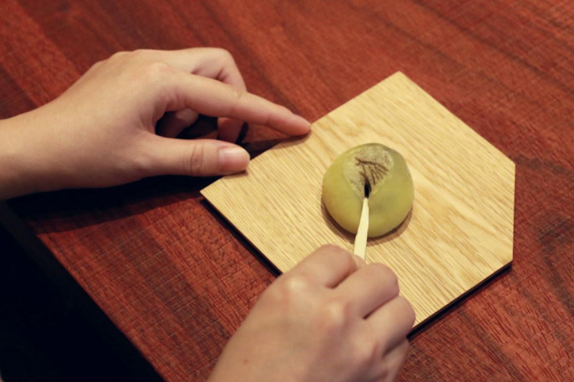 お茶の前にいただくお茶菓子は、奈良の名店「樫舎 (かしや) 」さんによるもの。季節によって変わるそうなので、「毎回どんなお菓子が出るか、楽しみになりそう」 (清原)