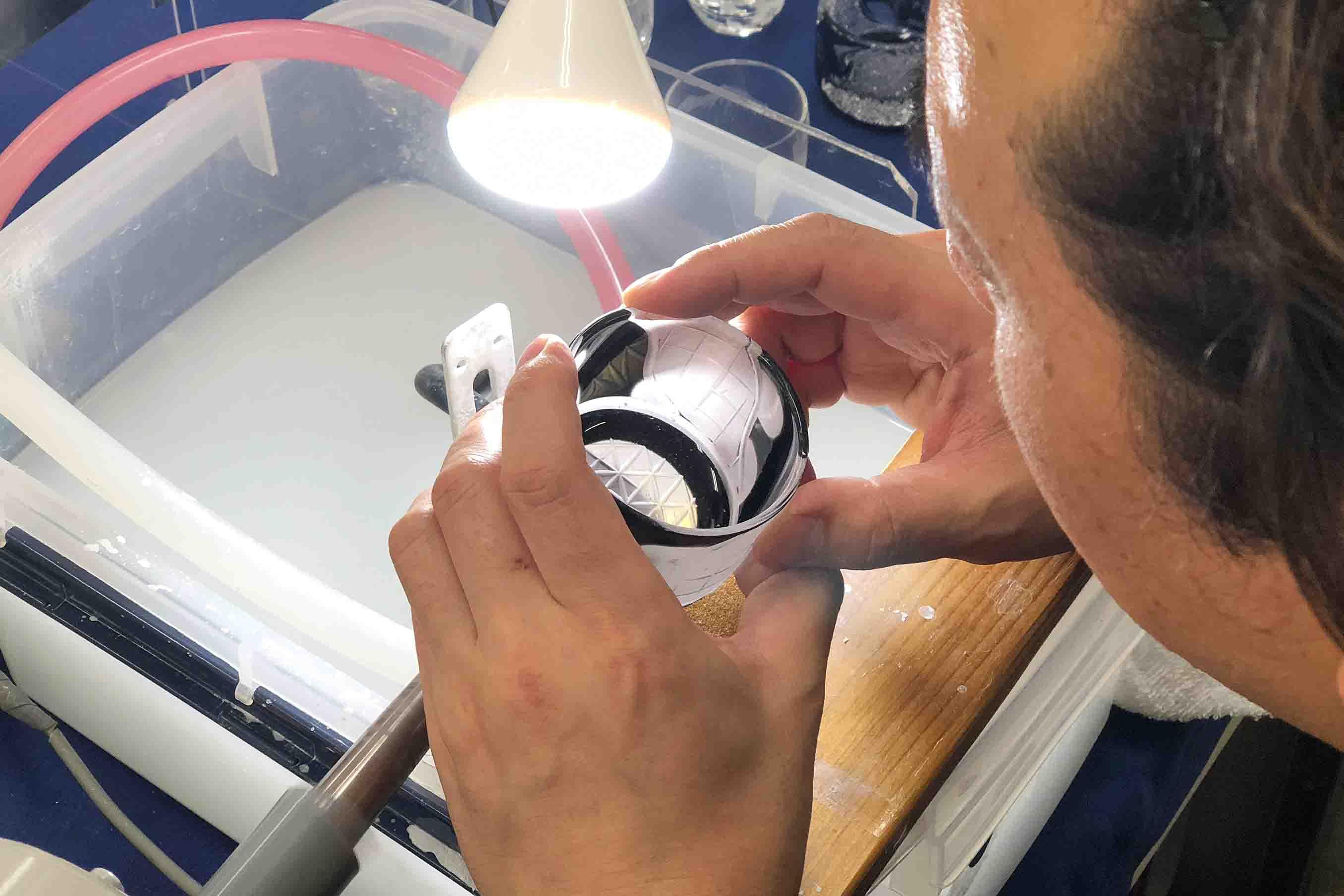 ガラスの内側から覗き込んで、削ります。そのため、花瓶やタンブラーなど細長いものは難易度が高いのだとか