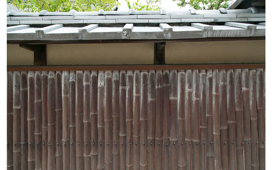 建仁寺近くにあるお寺の塀。朽ちた竹の色が味わい深い