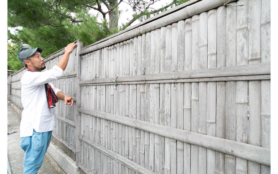 四つ割りの竹が縦に並び、横に4段組まれたものを押縁(おしぶち)、上部の竹を玉縁(たまぶち)と呼ぶ