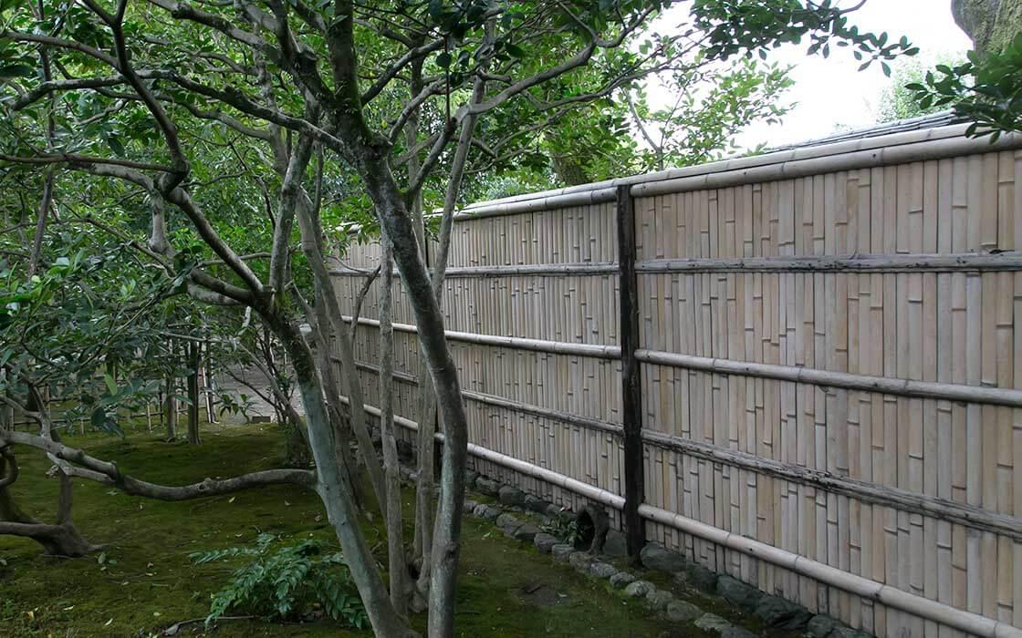 お寺の庭園や店先など、京都の景観に欠かせない「竹垣」