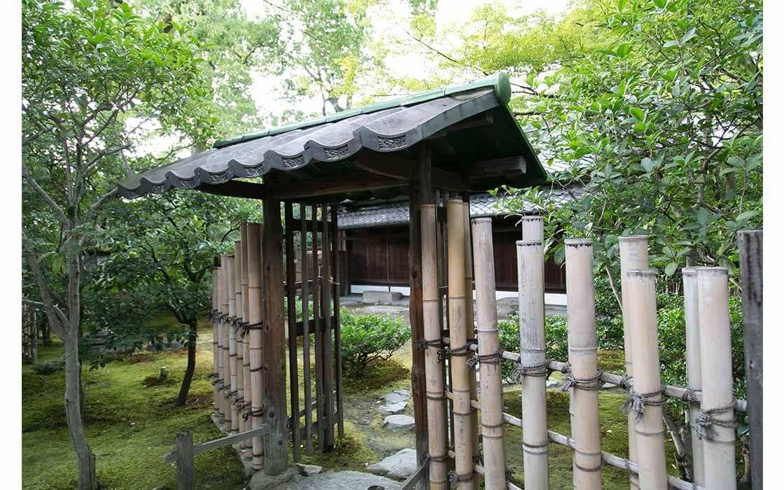 東陽坊の入り口にある鉄砲垣。昔、戦さ場で鉄砲を立てかけていた形からその名がついたと言われている