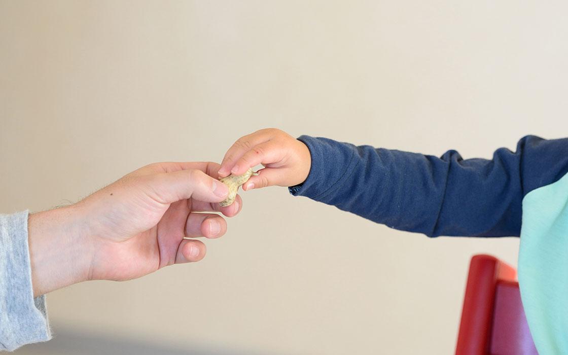 みんげいおくむら 奥村忍、息子との手つなぎ写真