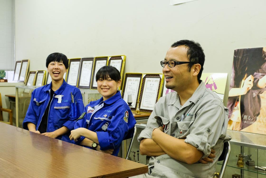 東京工芸高等学校マシンクラフト科 左から:池澤来実さん(3年)、小野村実羽さん(3年)、島田先生