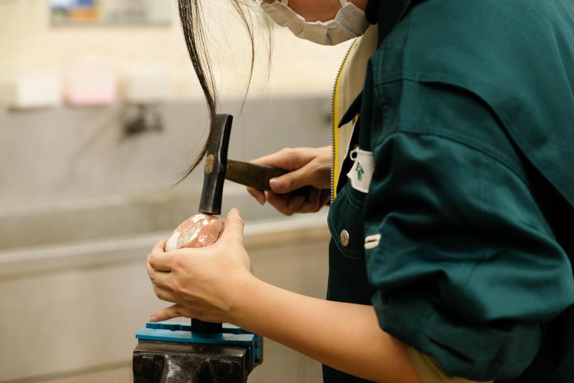 金属・ガラス・宝石などを素材として、手仕事で工芸品を創作