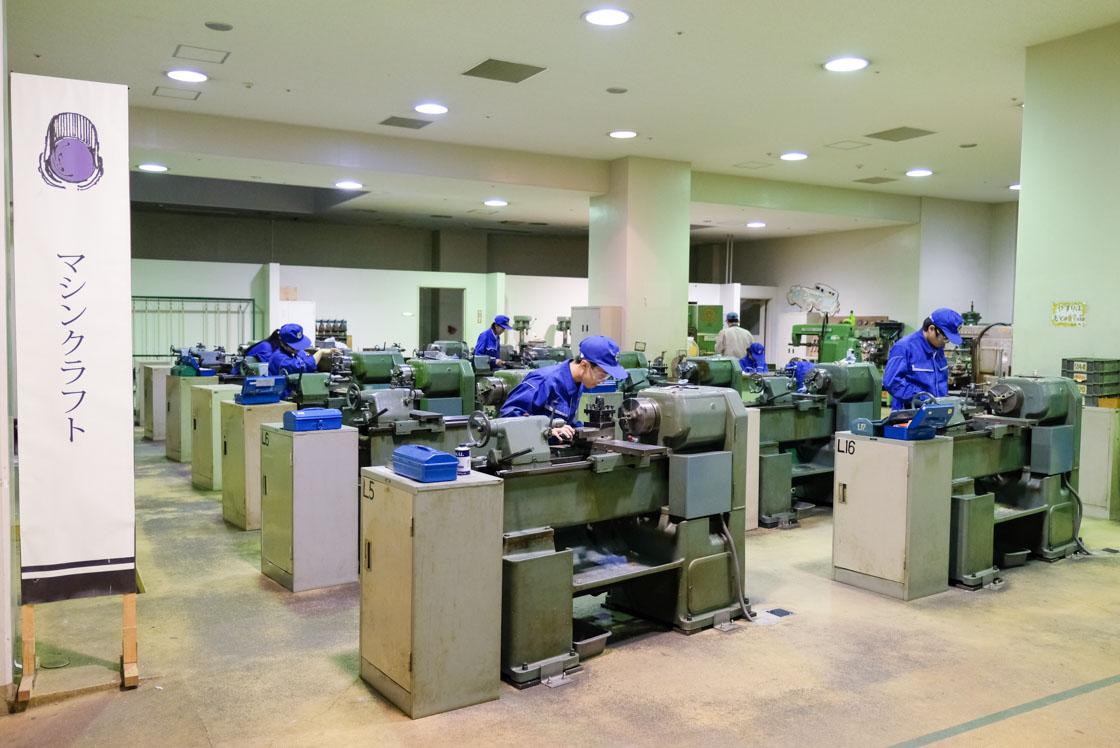 東京工芸高等学校マシンクラフト科 扱いなれた切削機械で金属を削っている生徒
