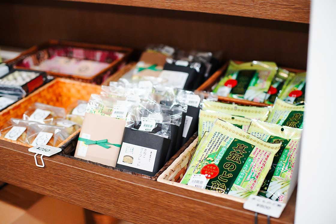 のど飴やゴーフレット、ワッフルなど、ありとあらゆるマコモ商品が並びます