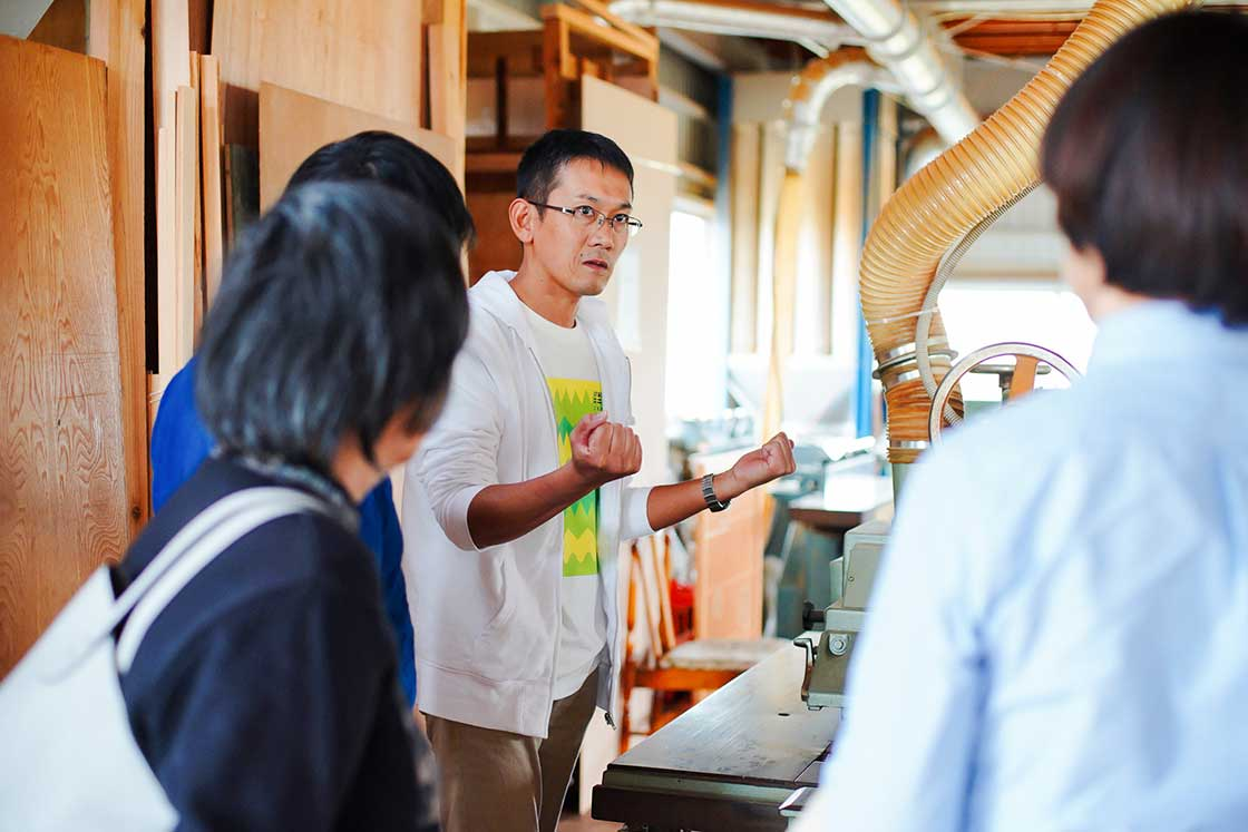 指勘建具工芸三代目・黒田裕次さんの説明に参加者の方々も聞き入っています