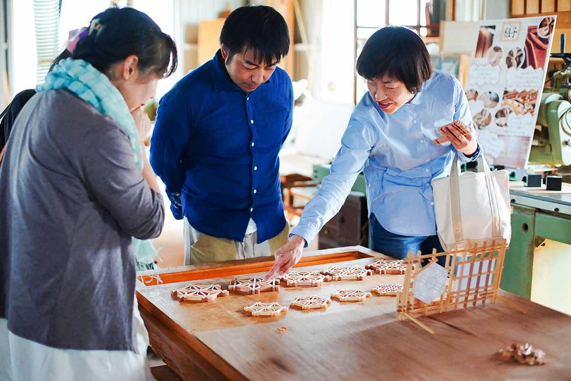 自分が作るコースターや鍋敷きのデザインを楽しそうに選ぶ参加者の方々