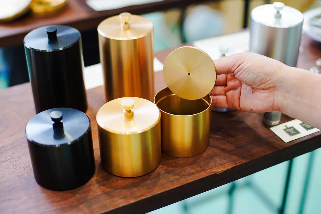 無駄な力を使わずスーッと閉まるシンプルな茶筒