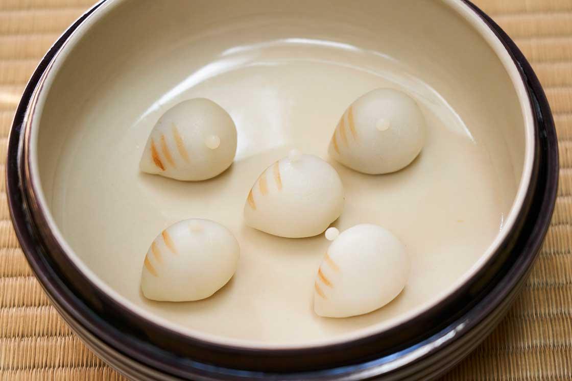 十五夜に食された里芋を模した月見団子「きぬかつぎ」