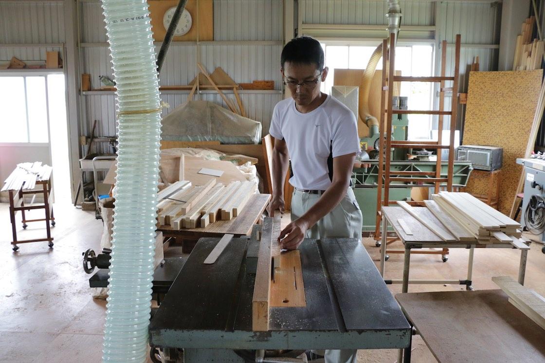 長さ、幅を揃えたら木材の角を直角に整え、最後に必要な厚みにスライス。それぞれに機械を変えて行います
