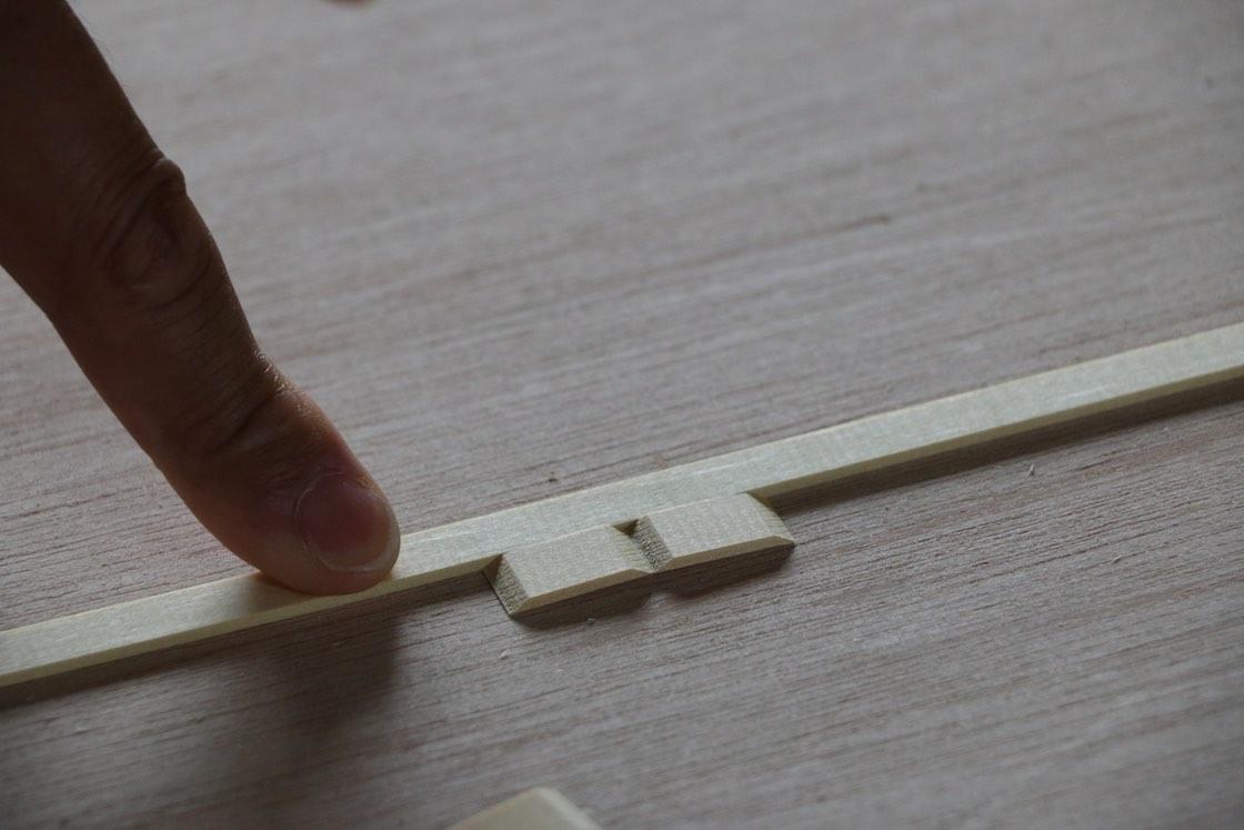最後はこんな薄さに!パーツを切り出したら、曲げたい角度に合わせて切り込みを入れていきます