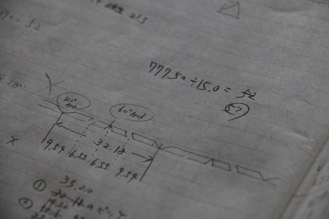 台にはパーツの仕様書が。切り込みをどの角度でどの深さまで入れるか、緻密に計算されています。それでも数字通りになることはほぼなく、最後は「勘」で決めていくそう