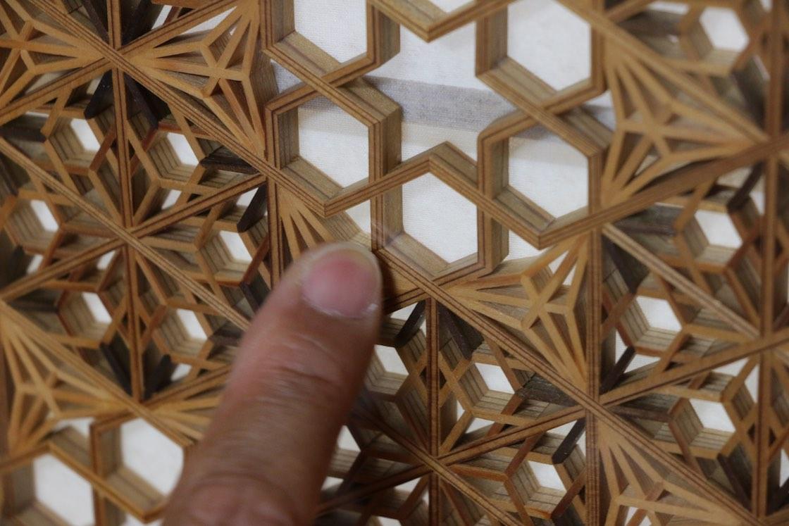 指で示す角のところは、ひとつながりの材に切り込みを入れて延々と折り曲げているそう!