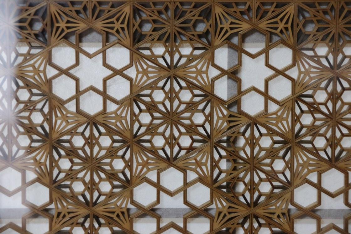 こちらの模様は「八重桜亀甲」と「八重麻の葉」。もともと縁起の良い柄をさらに組み合わせた複雑なつくりです