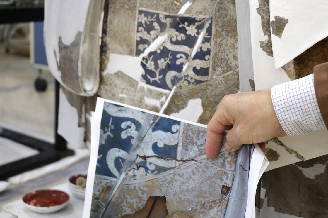 手前の写真では表面のひび割れや彩色の剥落が確認できる