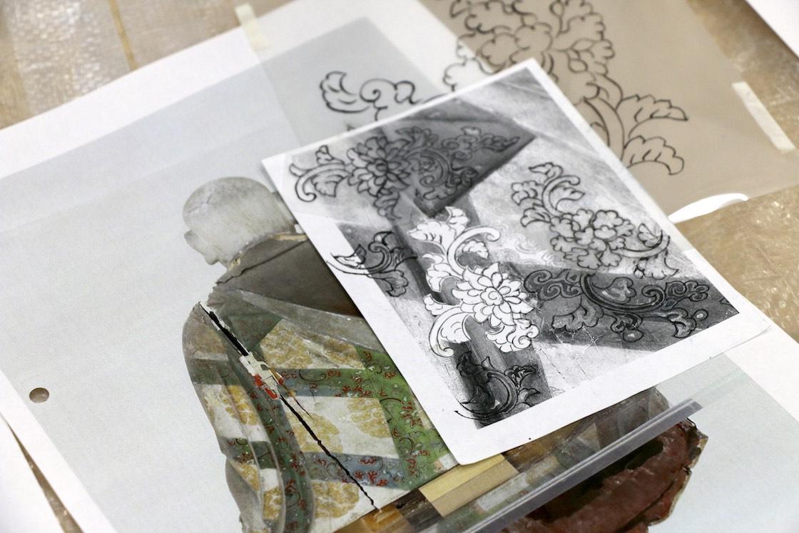 背中の欠けた模様を、周辺の図案も参考に、映し紙などを駆使しながら補っていく