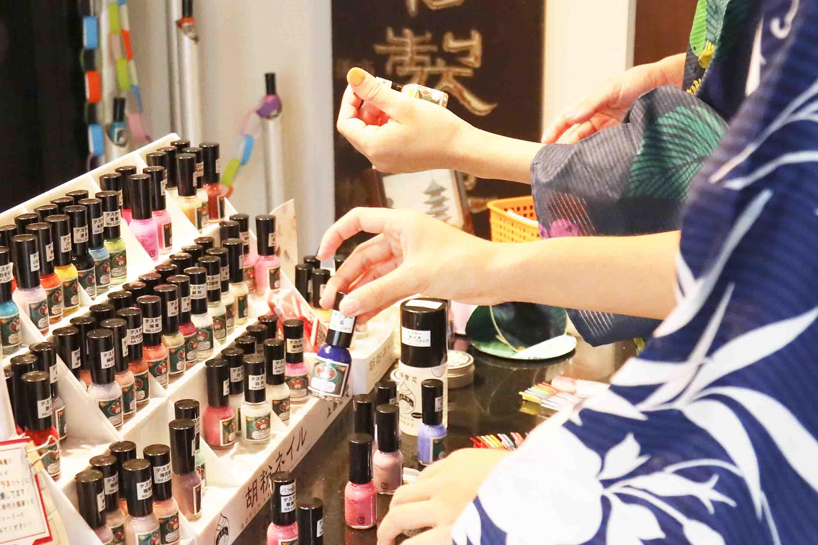 店内では、色とりどりの胡粉ネイルのテスターが並び女性客で賑わっていました