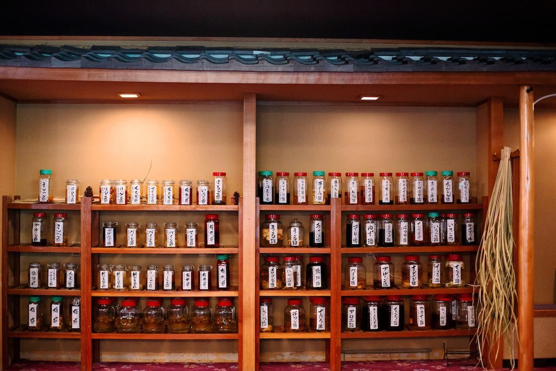 「鹿の湯温泉」女将お手製の果実酢と果実酒のボトル