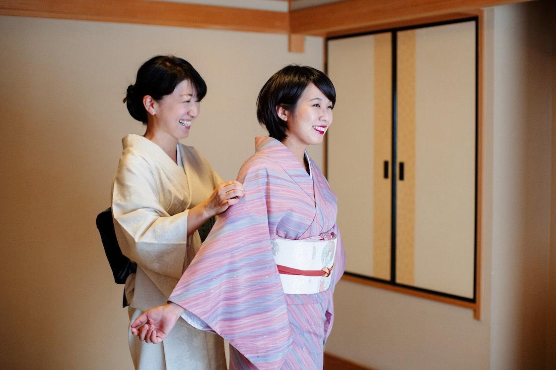 「鹿の湯ホテル」女将の伊藤寿美子さんに着付けをしてもらう