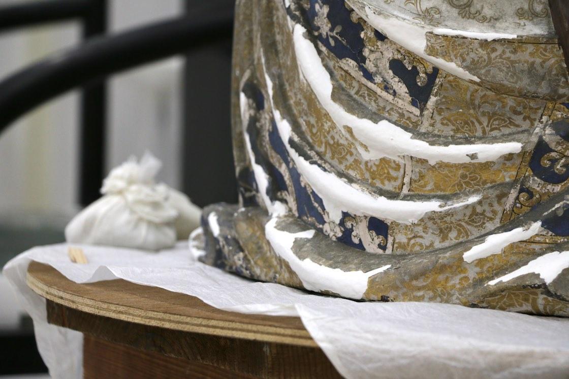 例えば今日修理していたお像には、金泥 (きんでい。金粉を膠で溶いたもの) が何層にも焼き付けられていたそう。高田さんは「きっと衣の金の刺繍の立体感を表しているのだと思う」と語り、同じように修復を施します