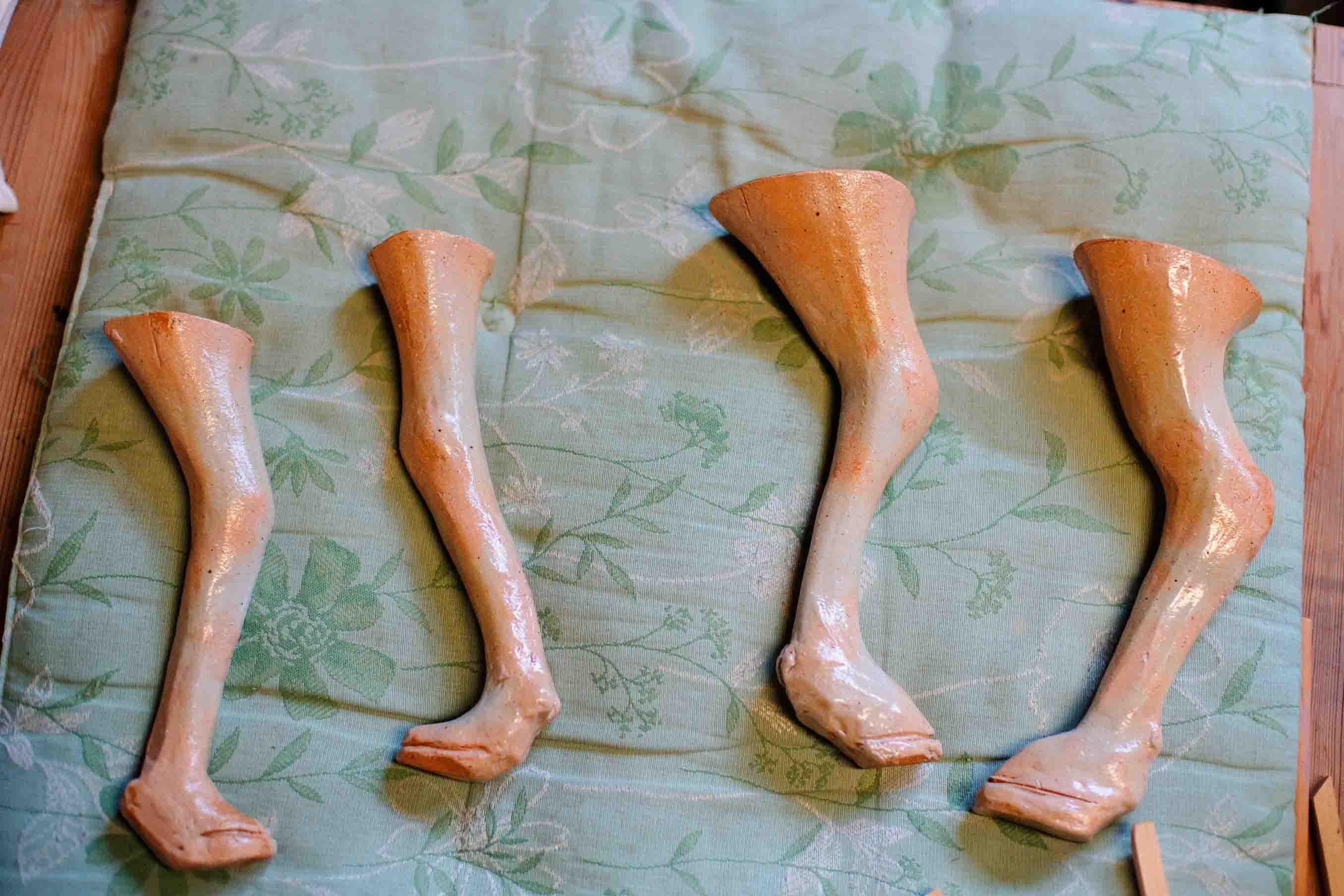 形が出来上がると、足の部分を別に切り分けて乾燥させ、窯で焼きます