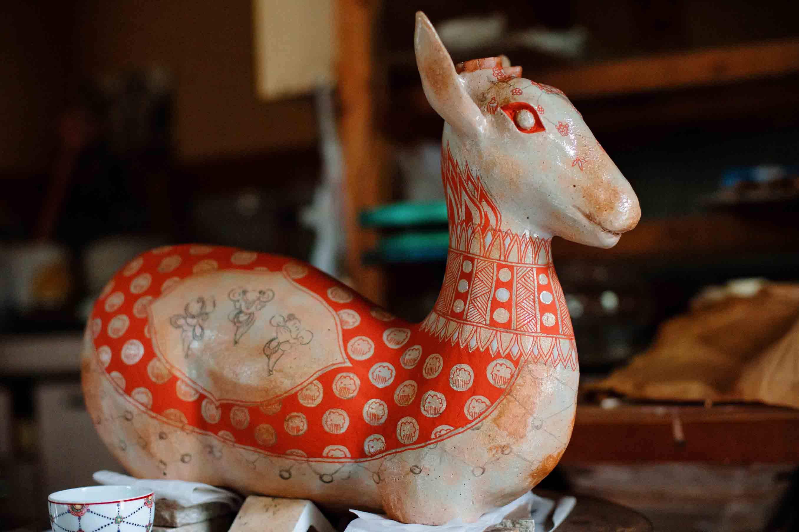 絵柄の縁に瓔珞文様が加わることで、鹿が衣を纏っているようにも見えますね