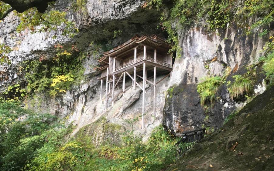 鳥取県の国宝「投入堂」の魅力と巡り方。過酷な山道の先にある、自然と一体化した美しさ