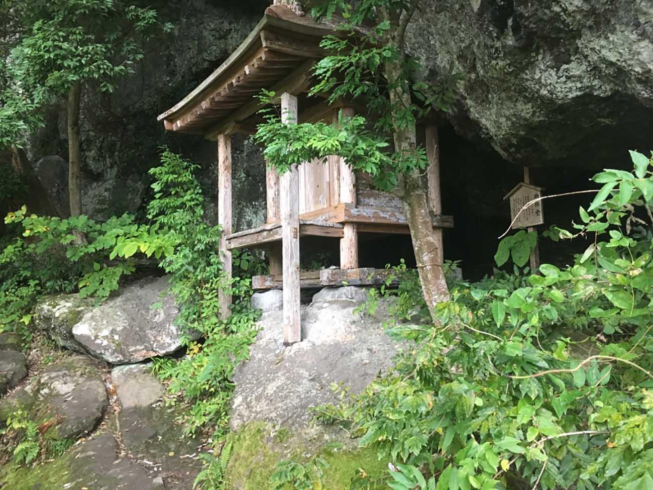 岩のくぼみにちょうどよく収まってる祠堂