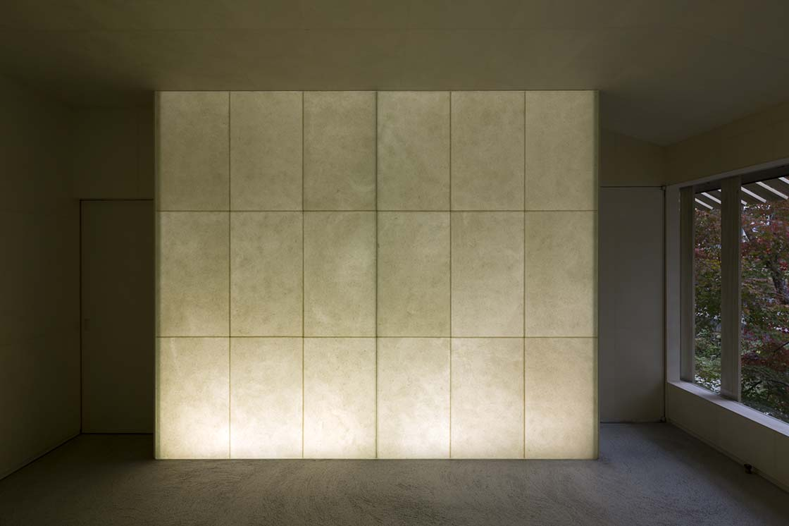 獺祭独特のお米の活かし方を表現するため、磨かれた米を漉き込んだ和紙の壁