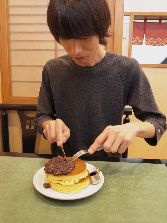 東福寺近くにある「梅香堂」でホットケーキを食べる様子