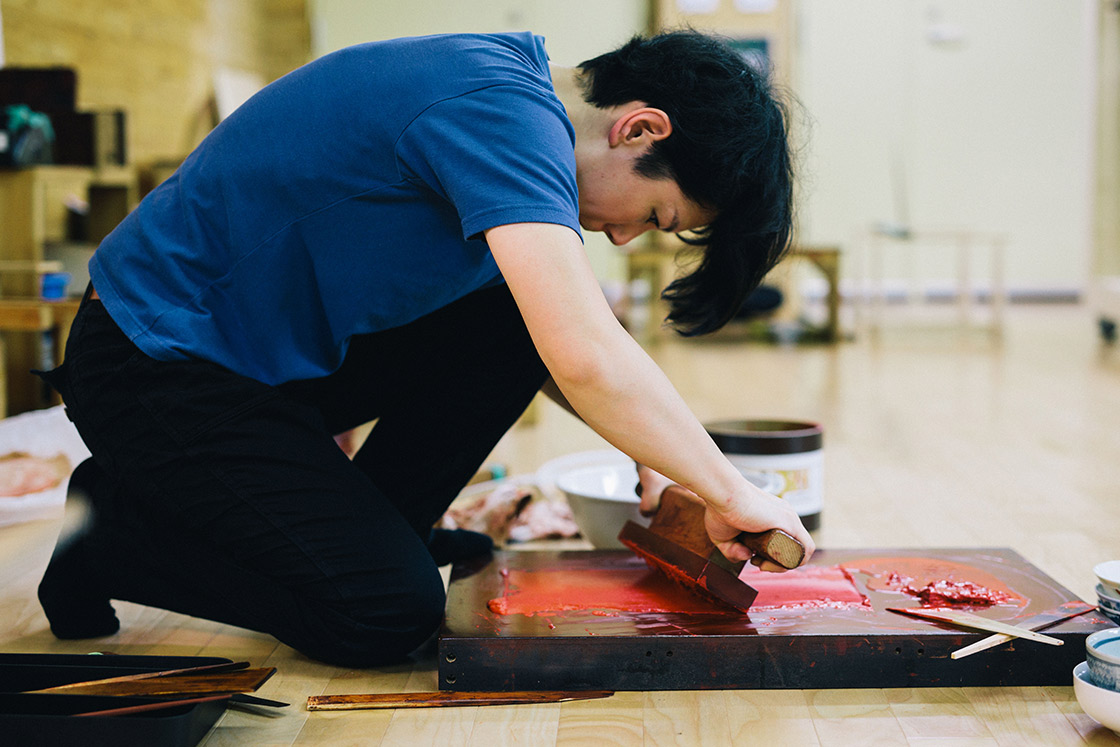 顔料を練っていたのはこの道8年目の塗師、三角裕美さん