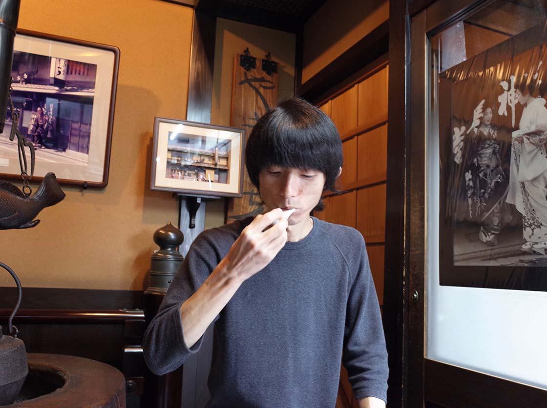 「神馬堂」の焼き餅を食べる町野仁英さん
