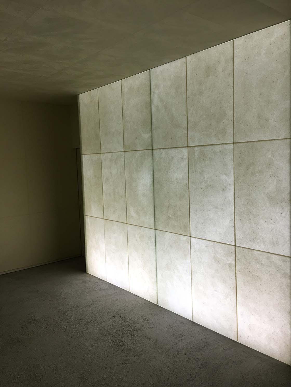 内側から発光する和紙の壁