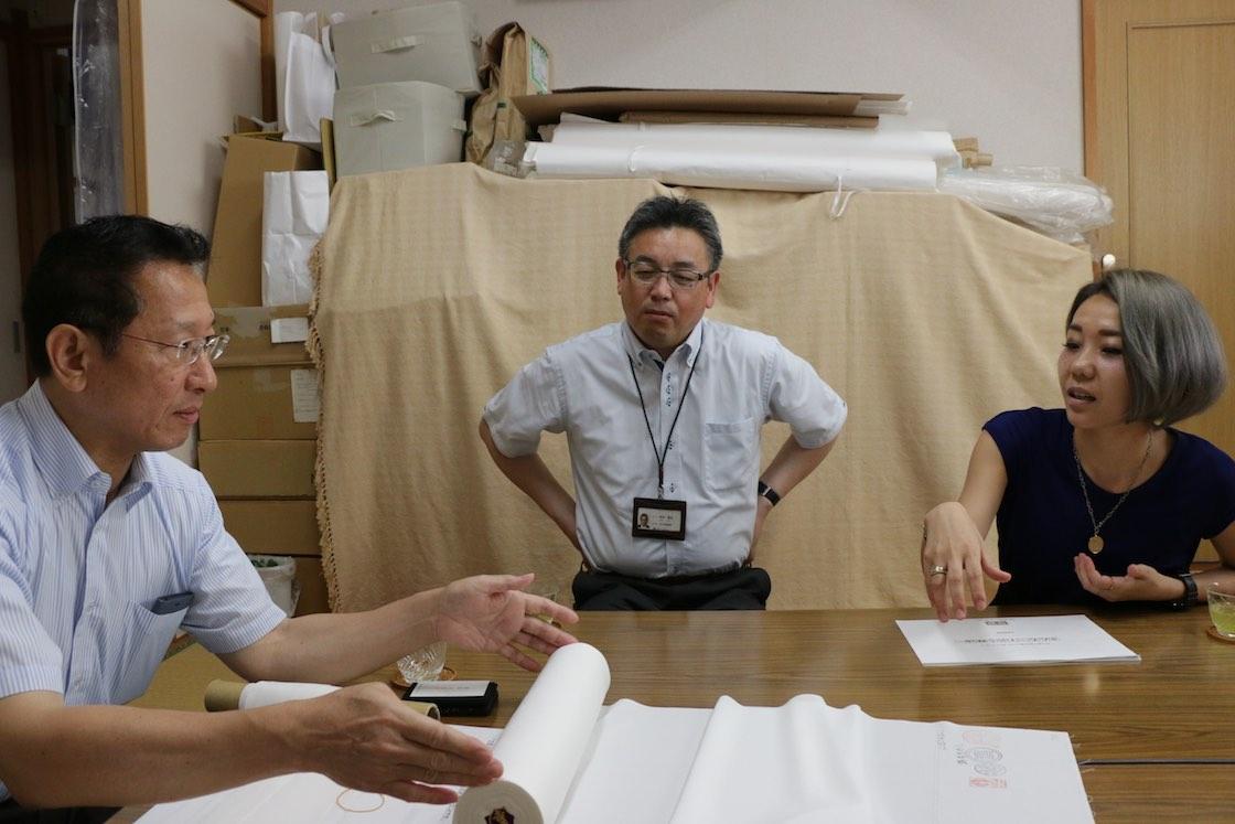 左が吉田さん。真ん中に座るのは先ほど未来会議で登場した商工会議所の吉井さん。「仕立屋」の2人を吉田さんや長浜のメーカーさんたちと引き合わせてくれた人物です