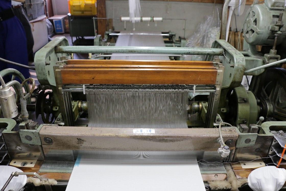 一般にはこうした機械が動いているのが織物の現場のイメージですが‥‥