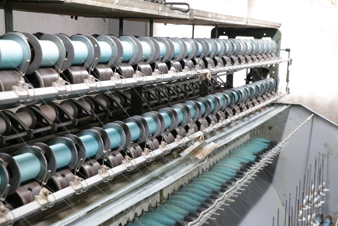 こちらは緯 (よこ) 糸に水をかけて柔らかくしながら撚る工程。ちりめんはこのように糸に強い撚りをかけることで、表面に独特の凹凸が生まれる