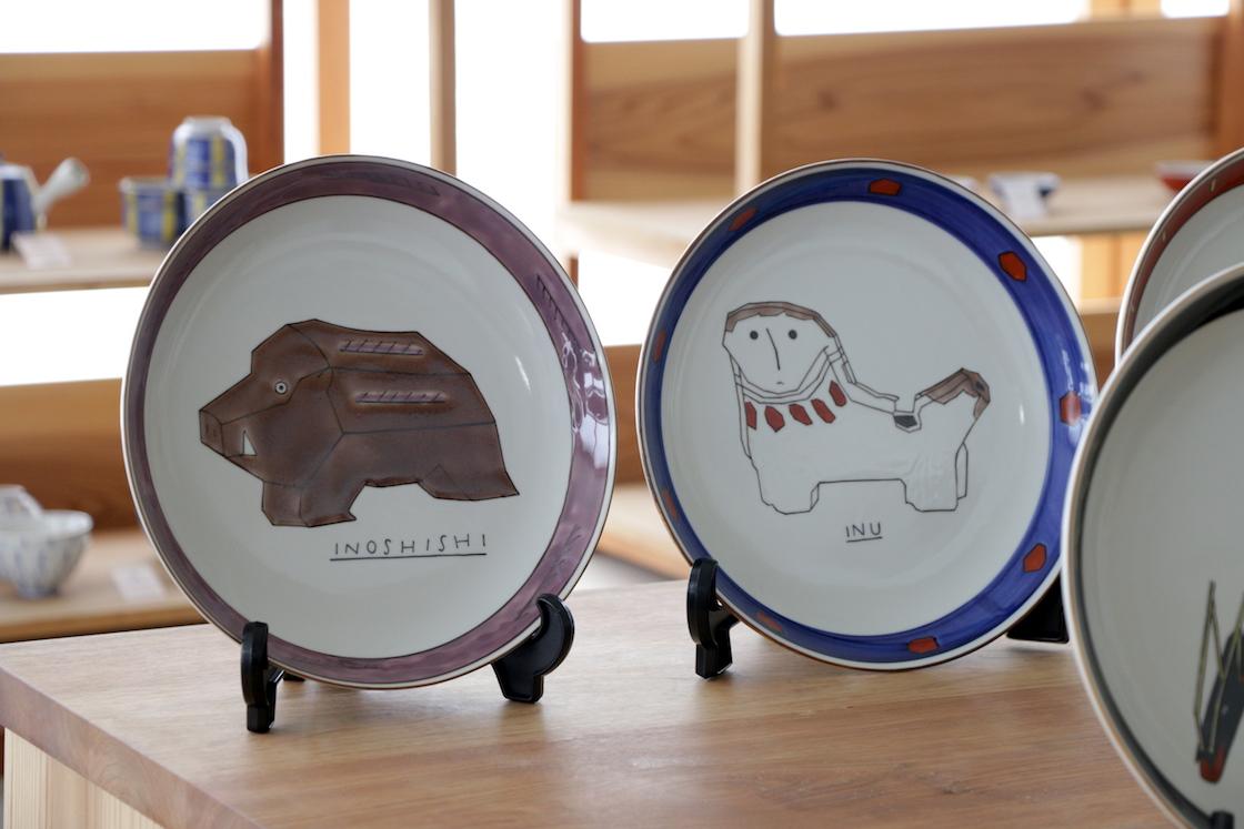 今年の干支、戌の隣に控える亥の飾り皿