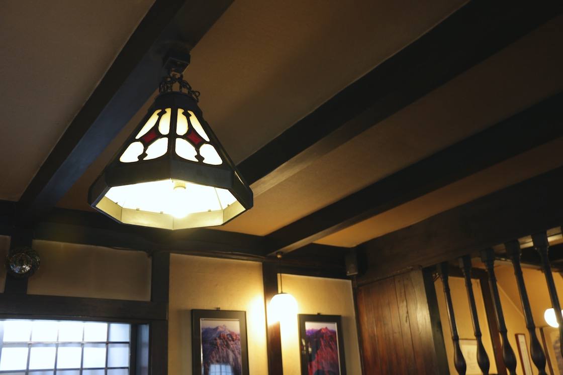 照明などしつらえのひとつひとつにも、設計当時の心意気を感じます