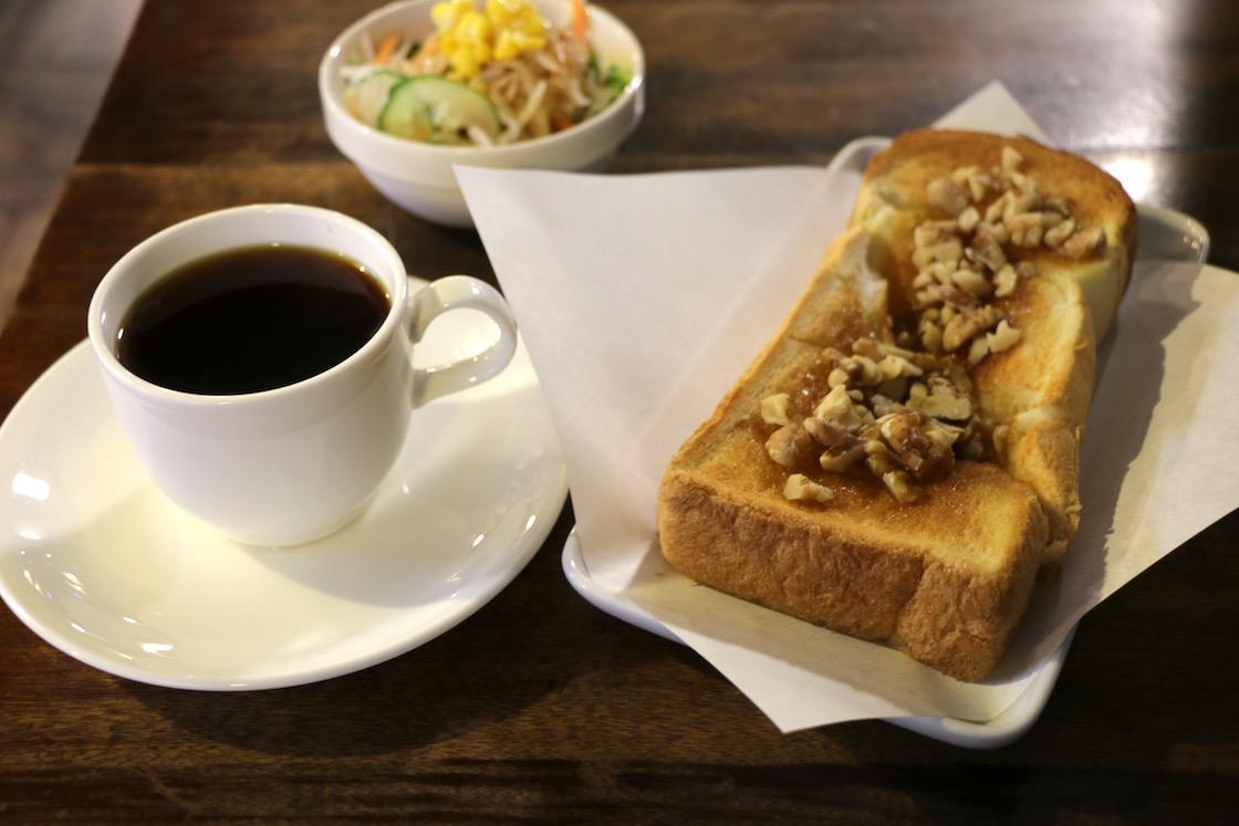 トーストはサクサク、くるみのコリコリとした歯ごたえとトロリとしたはちみつが口の中でからみ合います。サラダ付きで食べ応えも十分
