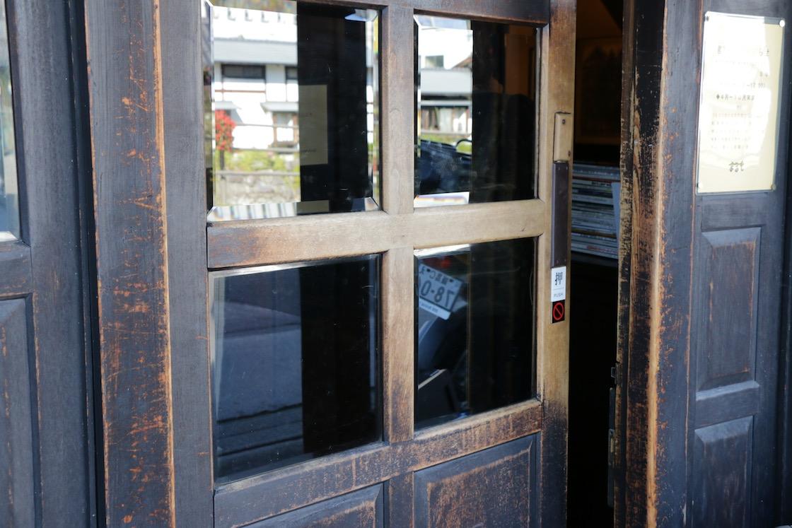 入り口の木製ドア